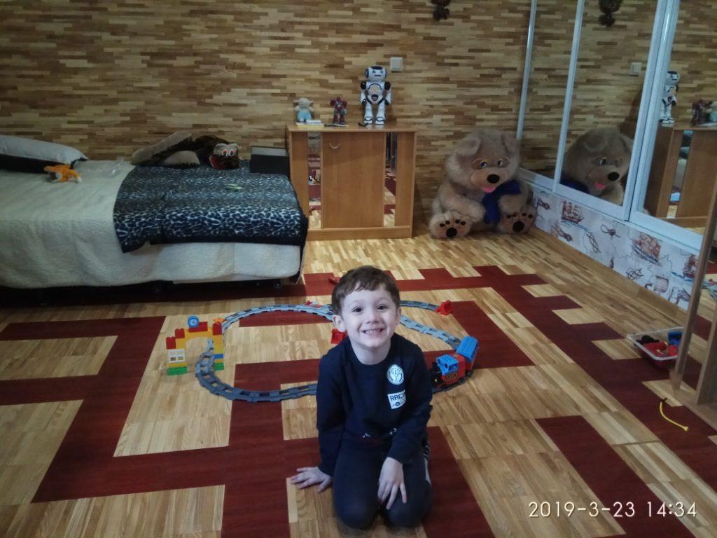 Детская комната с ламельным паркетом из ясеня сорта Натур 8х23х160 мм на полах и стенах