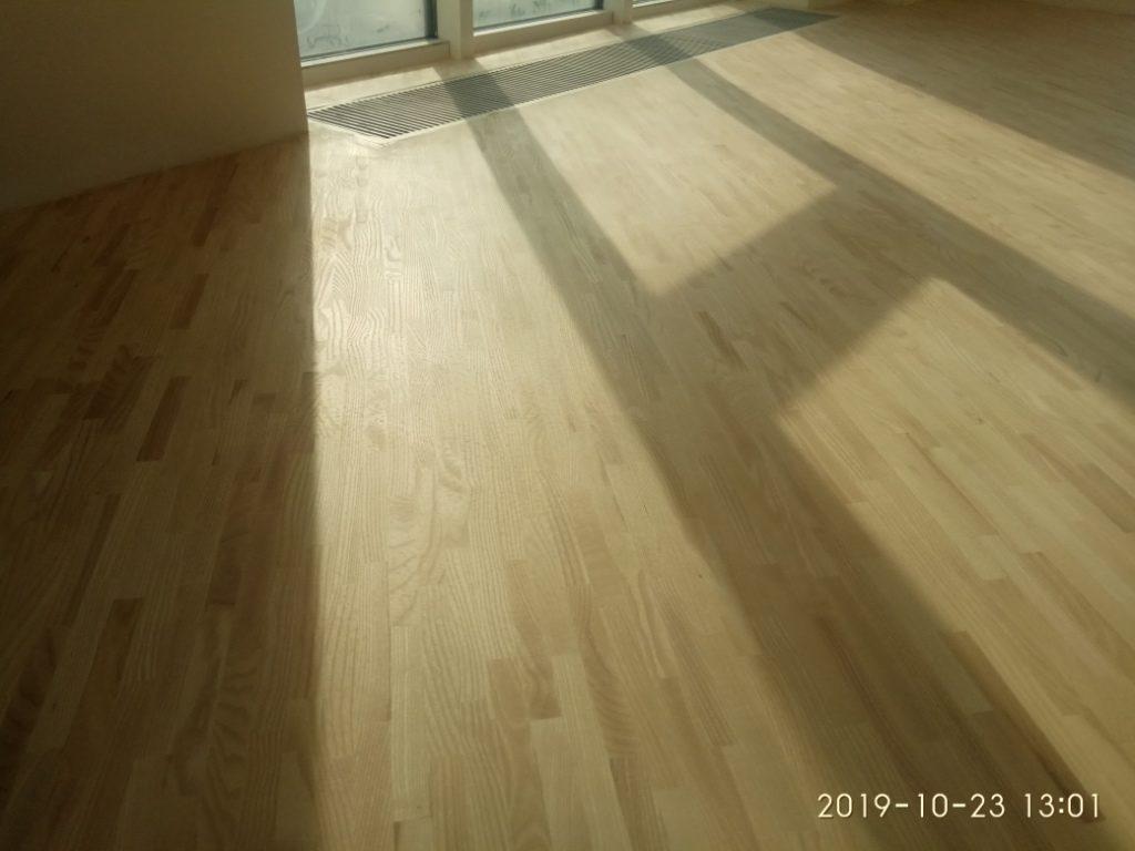 Ламельный паркет 8х23х160 мм  ясень светлый в жилом помещении под лаками Pall-X PURE не изменяющими цвет дерева